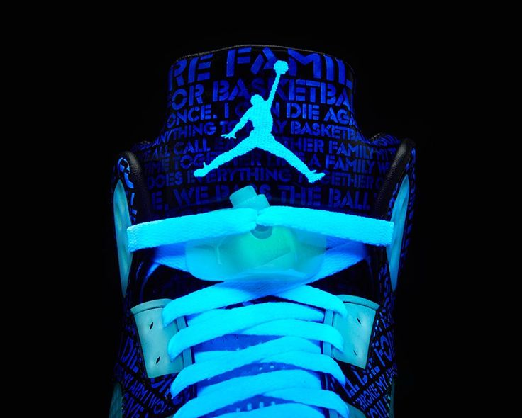 zapatillas nike que brillan en la oscuridad