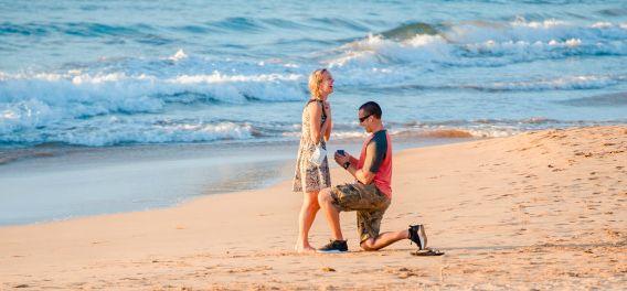 Afgelopen donderdag ging fotografe Mariah Dagupion even naar het strand op Hawaï. Ze was een bruiloft aan het fotograferen en wilde tussendoor even uitwaaien. Eenmaal op het strand zag ze in de verte een man op zijn knie zakken. Ze wachtte geen moment en pakte direct haar camera om een paar foto's te maken, voor […]