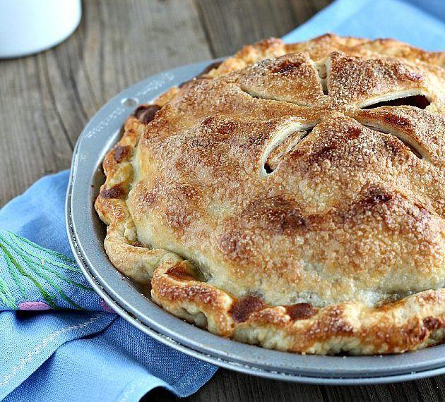 L'Apple pie è sicuramentela regina delle torte di mele, il dolce simbolo della cucina tradizionale americana. Ogni volta che la preparo mi porta alla mente nonna papera, ricordate la vignetta nei fumetti di topolino, in cui metteva a freddare la torta sul davanzale della finestra? Io l&#0