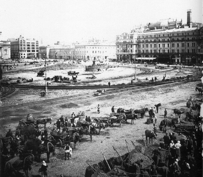 Прокладывание путей для трамвая на Воскресенской площади (ныне пл. Революции). 1908 год