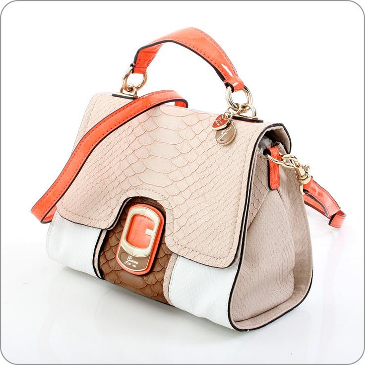 Sehr edler Muster-Mix und eine extravagante Farbkombination. Tisbury ist eine Kollektion, die über alles verfügt, was Guess berühmt und beliebt macht. Taschen und Geldbörsen für Frauen, die das Besondere wünschen.    Guess ist eine Marke mit deutlichem Gesicht, mit Stil und Wiedererkennungswert. Guess macht Taschen und Geldbörsen für ganz besondere Frauen.