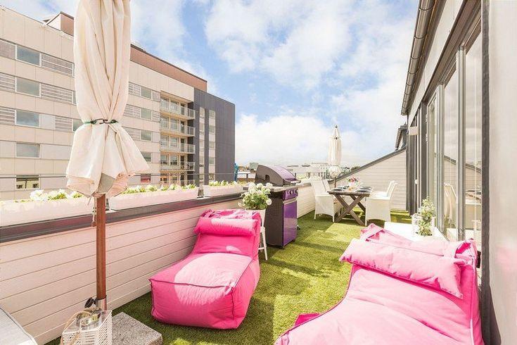Kunstrasenteppich, pinke Sitzsäcke und weiße balkonkästen