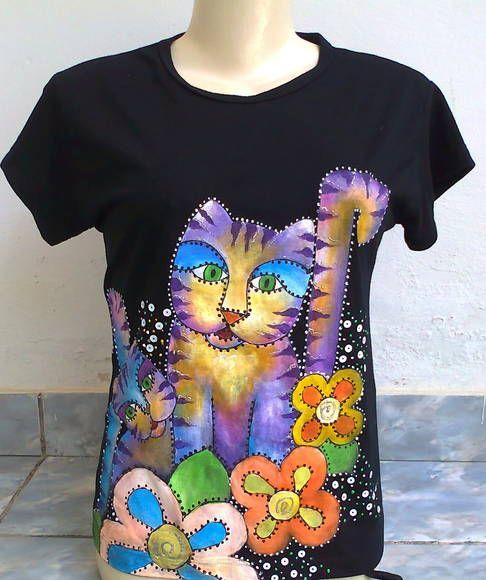 """Camiseta em malha na cor preta pintada a mão com desenho de gato no estilo cubista. detalhes em lantejoulas  Super confortável para o verão e auto estilo para o carnaval  SAIBA MAIS SOBRE NOSSOS TRABALHOS ATRAVÉS DO FACEBOOK NO PERFIL """"ELAIDE SOUZA"""" OU NA PÁGINA """"ENCANTOSATELIE"""","""