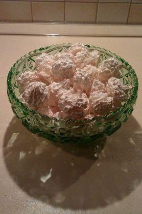 Aby sa kokosky rozplývali na jazyku, je potrebné ich správne pripraviť. Preto treba dodržať dávkovanie cukru, aj keď sa to zdá veľa. Cukor treba použiť kryštál, alebo krupicu, nie práškový. Kokosky sa pripravujú sa rôznymi spôsobmi, no mne sa najviac osvedčilo šľahanie nad parou. Kokosky potom vôbec nezmenia tvar, zvrchu sú chrumkavé a vnútri mäkké.