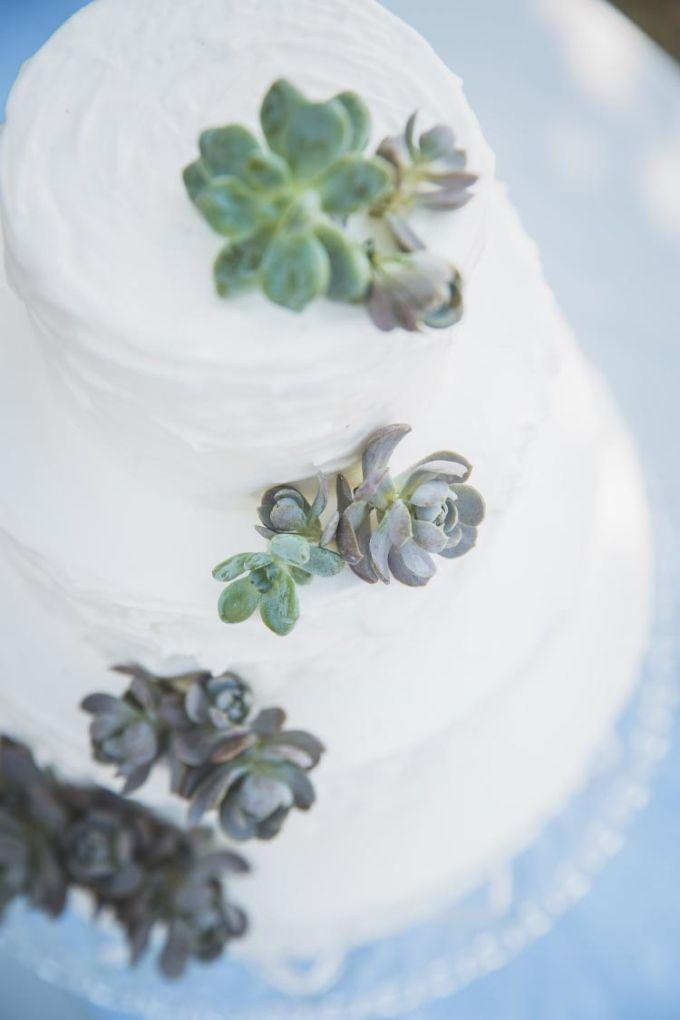 Hochzeitstorte mit echten Blumen! #Hochzeitstorte #Weddingcake #Torte #Cake #Caketopper #Hochzeit #wedding - Das tolle Foto wurde gemacht von Vivid Symphony Photography: www.vividsymphony.com