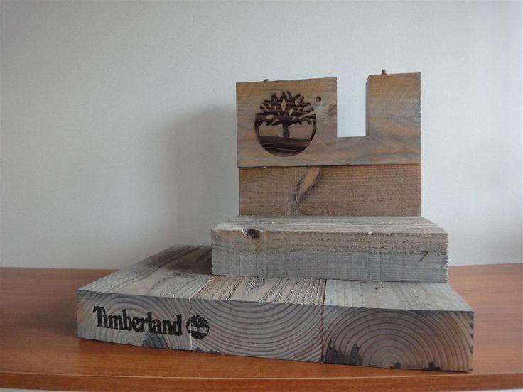 Massief houten toonbank display voor schoenen, logo gebrand in het hout, tekst via stempel