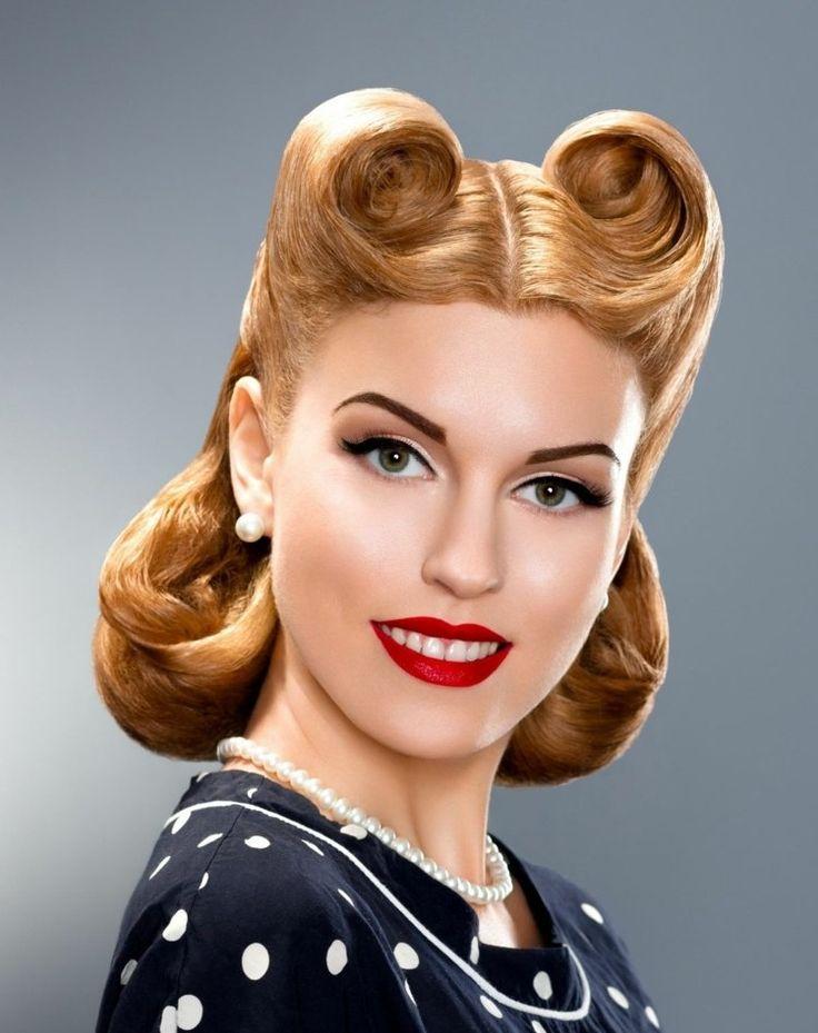Rockabilly Frisuren können wunderbar mit einem Lidstrich und rotem Lippenstift kombiniert werden