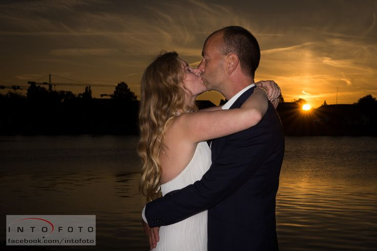 Kys i aftensolen #Bryllup #Wedding #Intofoto #Bryllupsfotograf #Brudepar #Sunset #Kiss