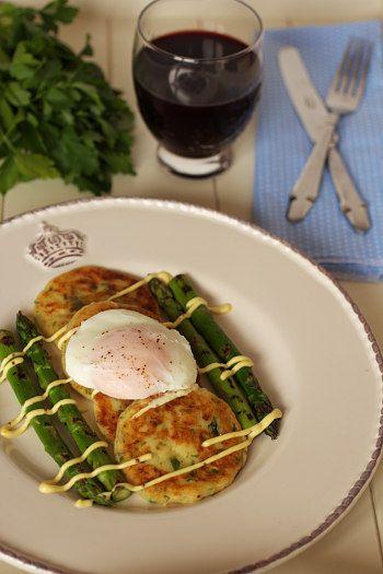 Panquecas de batata com ovo escalfado e espargos grelhados. Veja a receita aqui: http://www.batatasdefranca.com/receitas/pratos.html#!prettyPhoto[panquecas_batata_ovo_espargos]/0/  Receita de Isabel Zibaia Rafael autora do blogue cincoquartosdelaranja.com  #Receita #Batatas #ovo #espargos