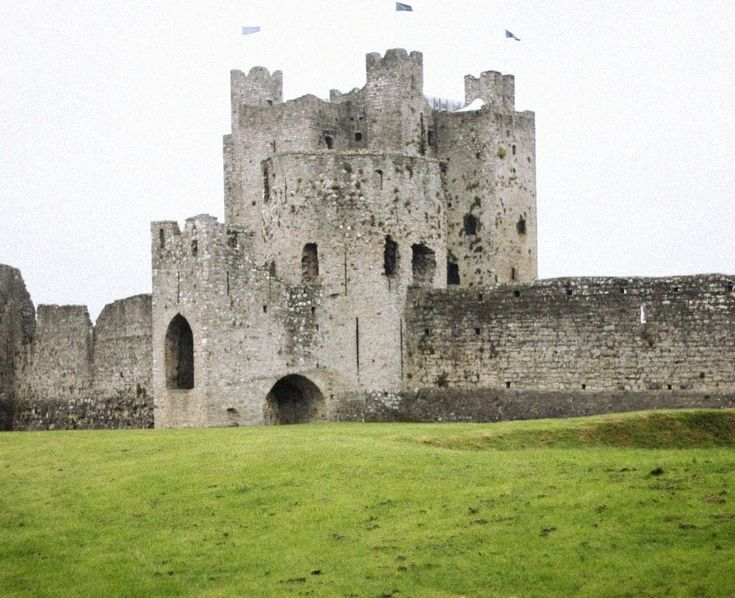 A mere 45 minute car journey from Dublin, you'll find one of the most famous castles in Ireland, heck the world! If this imposing building looks familiar, this is no coincidence as Trim Castl…