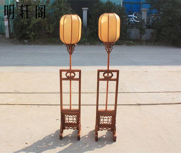 Gamla kinesiska lanternor träsniderier antika möbler kinesiska fyr golvlampa retro lampan lyser månad