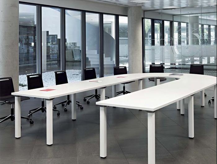 Movilidad, versatilidad y polivalencia se combinan en amplias colecciones de mesas para aportar ingeniosas soluciones a espacios de trabajo como bibliotecas, salas de estudio, conferencias, aulas de formación... Dichas mesas pueden disponer de ruedas y superficies abatibles, o incluso patas plegables que facilitan múltiples posibilidades de crecimiento. Disponemos de biombos con ruedas y niveladores para reconfigurar cualquier espacio de trabajo.