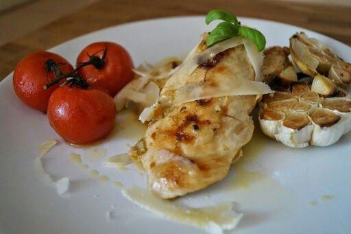 Grilovaná rajčátka, grilované kuřecí prsíčko s pečeným česnekem