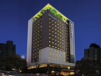 ibis Styles Ambassador Seoul Gangnam is located in the Gangnam business district, conveniently close to the Seoul Convention and Exhibition Center (COEX). Newly renovated the hotel offers stylish and unique concept, which is enough to feel trendy Gangnam styles! It features 317 rooms, a restaurant, a bar, two meeting rooms, business center, sauna, free gym and undercover parking.
