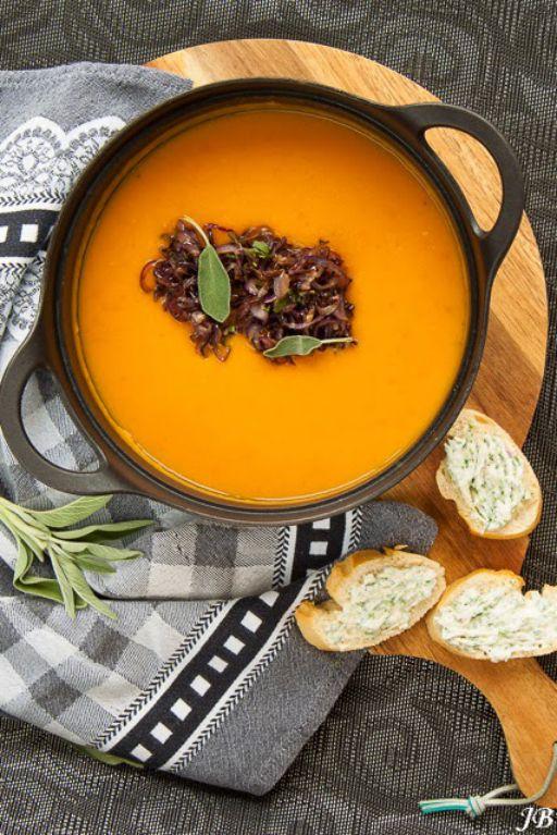 Een gezond, winters soepje van Caroline Brouwer. Wat wil je nog meer? Verhit in een soeppan twee eetlepels van de olie. Bak hierin de gember, specerijen en twee teentjes knoflook op zacht vuur gedurende twee minuten. Voeg de jam toe en bak nog twee minuutjes mee. Doe de aardappel en de wortel erbij, schenk de […]