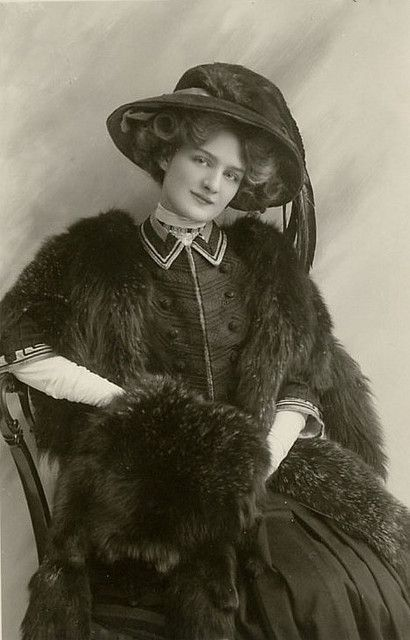Captivatingly gorgeous Victorian/Edwardian stage actress Lili Elsie sporting an elegant black ensemble.