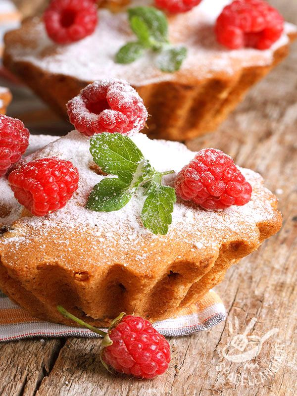 I Muffins ai lamponi e yogurt sono ideali per concedersi una colazione sana e gustosa, per una merenda sostanziosa o anche a fine pasto.