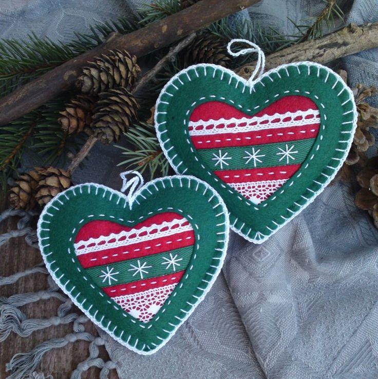 Vánoční ozdoby Romantické, ručně šité a obháčkované vánoční ozdoby, které můžete využít na stromek i adventní věnec. cena za 2 kusy velikost 10x10 cm