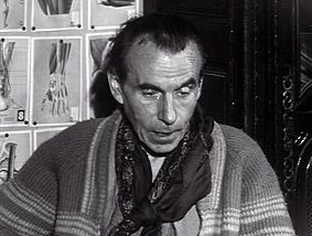 Louis Ferdinand Cèline - un an plus tard, devant, cette fois, André Parinaud (« Voyons un peu : Céline ») : Céline a abandonné les codes, même détournés, de l'apparence bourgeoise : plus de costume, plus de chemise blanche, plus de cravate, plus de nuque bien dégagée… Parinaud le décrit comme un « grand homme aux cheveux longs grisonnants, rejetés en arrière (…) d'un vieux pantalon de velours côtelé, chaussé d'après-skis dont la fourrure déborde. »