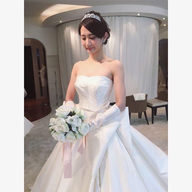 👗  †  【wedding dress試着 その42】  †  ■ブランド:Antonio Riva  ★時期、会場により各種割引があるようです。  ☑︎  ウェスト部分のタックがペチュニアのお花をイメージしたドレス。✨  素敵なドレスでしたが、合わせたかった小物が全て合わなかったのでお値段聞いてません。💦  †  ミカドシルクのドレスは私の中で大人✨なイメージで、内面も影響するような、着る人を選ぶ?ドレスな気がします。♡  見る分には美しいし憧れますが、私は着てみたらぐへへっ🤤と何か照れくさくなってしまいました。  でも花嫁さんが着てたら見惚れちゃうと思います。👰💐  会場の照明もこだわり甲斐がありそう…✨  #元麻布#micie#antonioriva#アントニオリーヴァ#weddingdress #ウェディングドレス#ドレス試着#ドレス試着レポ#プレ花嫁#2017秋婚#2017秋冬婚