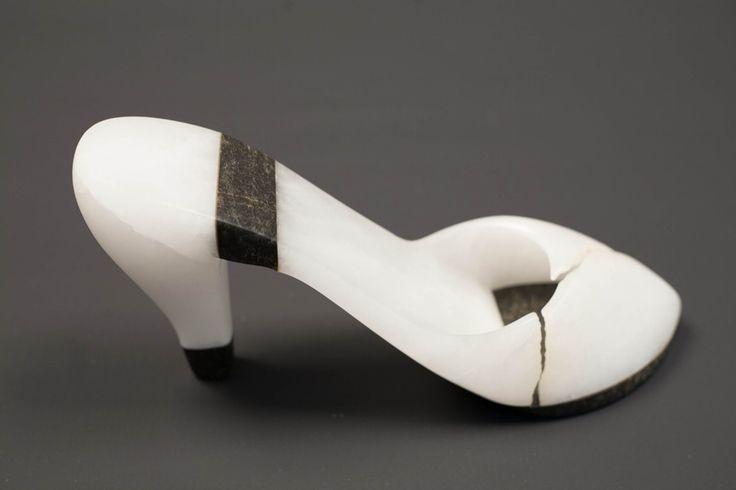 Gelukkig gebroken Materiaal : witte albast en zwart serpentijn