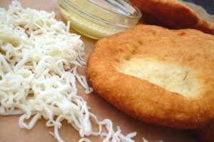 A finom krumplis lángos, sajttal, fokhagymával és tejföllel.