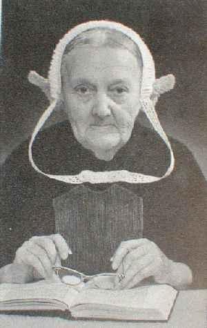 Maatje Vos - van den Berg , born in 1879 in Middelharnis in the Netherlands on the then island of Goeree-Overflakkee    # Maatje Vos-van den Berg, geboren in 1879. Ze woonde in een klein huisje aan de Waterweg. Bij de daagse dracht behoorde geen keuvel, maar een gehaakte muts. De gestreken en gesteven linten werden vastgezet. De gehaakte witte rouwmuts is hier fraai gestilleerd.