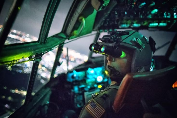 O capitão Thomas Bernard, da Força Aérea dos Estados Unidos, realizou uma confirmação visual com óculos de visão noturna durante uma missão de treinamento sobre Kanto Plain, no Japão, em outubro de 2015