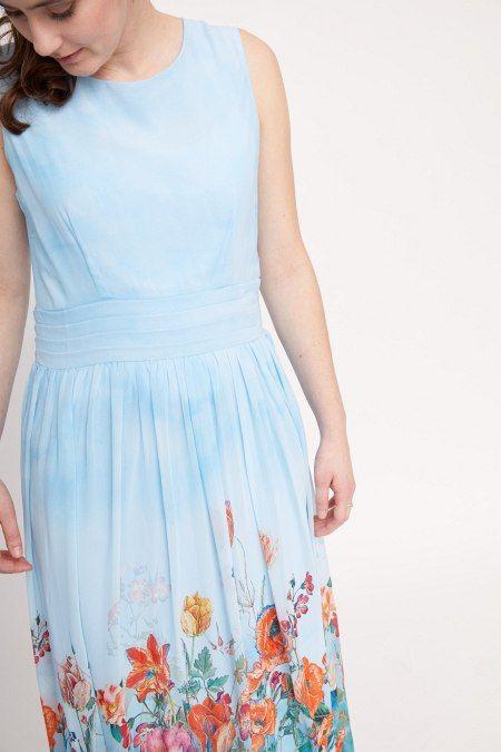 Deze lichtblauwe maxi-jurk is perfect voor de zomer. De jurk heeft een vrolijke bloemenprint die ongeveer begint bij je knieën.