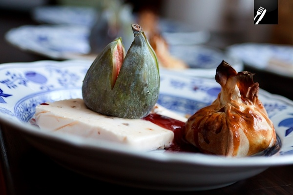 Lebkuchenparfait mit Feigen, Rotweinsauce und Nougat-Strudel [de]