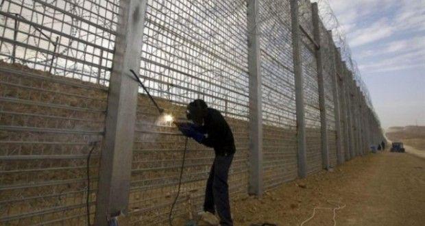 Также строительство стены на границе с Россией начала Латвия.