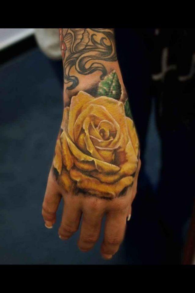 Tatouage rose jaune sur la main