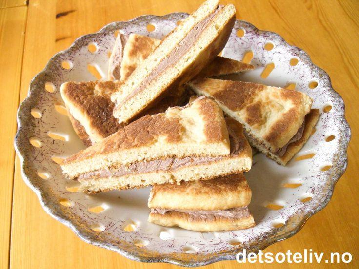 """""""Nordlandskaker"""" er svigermor Solveigs spesialitet! Oppskriften kommer fra Rogaland og har aner langt tilbake i tid. Opprinnelig er oppskriften angitt i koppemål. """"Nordlandskaker"""" er tykke, myke lefser som stekes på takke eller i tørr stekepanne og som legges sammen to og to med deilig sjokoladekrem. Alternativt kan kakene fylles med smørkrem laget av smør, melis og kanel. Oppskriften gir 5 runde, doble """"Nordlandskaker"""". Kakene serveres oppdelt i trekantede snipp..."""