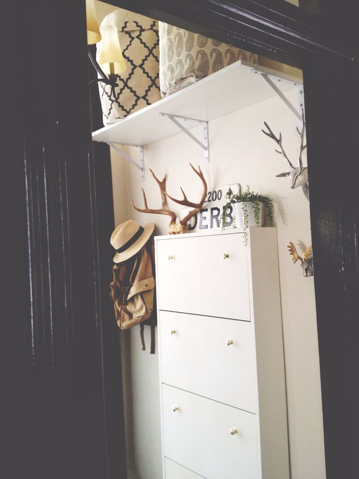 Clean + simple entryway makeover    #blackandwhite #entryway #foyer #interiordesign #design #antlers #patternplay #southwestern #paisley #geometric #gold #silver #mixedmetals #marshalls #homegoods #tjmaxx #ikea #fleamarketfinds #storage #decor #style #styling #organization #organized #storagesolutions #smallspaces #DIY #IKEAhack