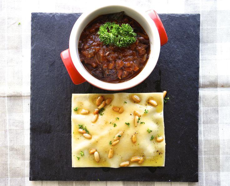 Ravióli aberto de mousseline mandioquinha com queijo fontina, manteiga tostada de trufas, pinólis e Ragú de fraldinha no vinho tinto (1)