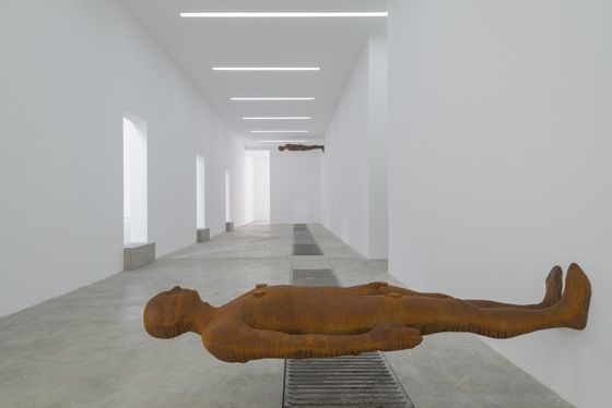 Antony Gormley EDGE III. Galleria Continua Beijing, 2015. Photo by: Oak Taylor-Smith. Courtesy Galleria Continua San Gimignano / Beijing / Les Moulins / Habana; © The Artist