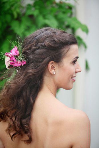bloemen in het haar van de bruid