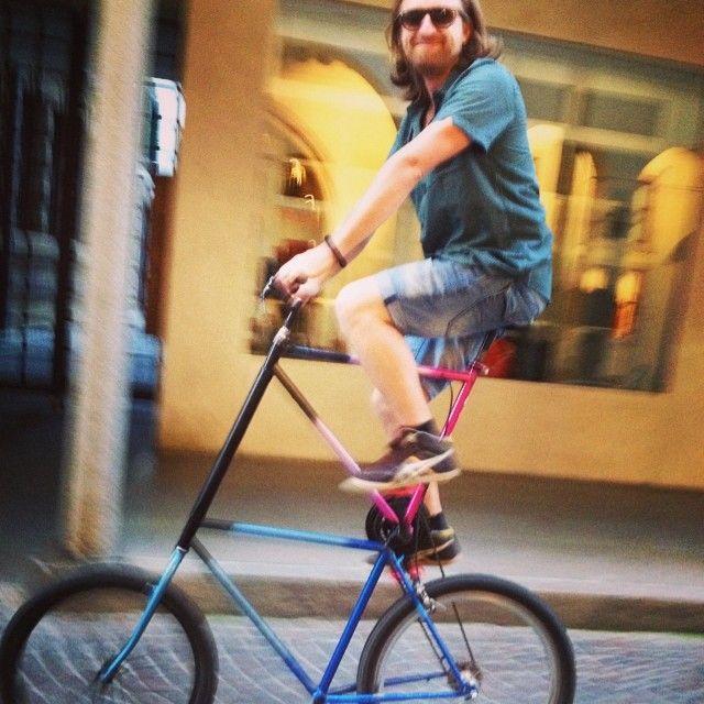 アレッサンドロ・ルーゴはドイツに移住して自転車の修理をしている。ハンディキャップとなるはずのイタリア語と資金の乏しさが、彼のビジネスの出発点になった。