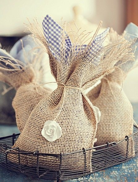 Para incrementar saquinhos de presente, você pode forrá-los com outro tecido e decorar com flores de resina. Guardanapo Valencien