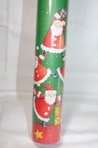 Tovaglia in rotolo di carta stampata fondo verde e babbi Natale che formano una piramide. Lunga 5 mt H.1,20 mt. Pyramid of Santas. Apparecchiare a Natale con la praticità dell'Usa e Getta mettendo a tavola tante persone. Disponibile da C&C Creations Store