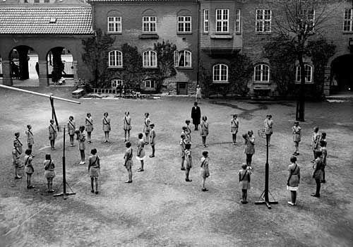 [Gymnastikk, jenter, skolegården på Nygård skole] fra marcus.uib.no