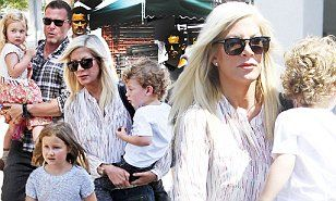 Tori Spelling and Dean McDermott film show at Studio City Farmers Market | Daily Mail Online