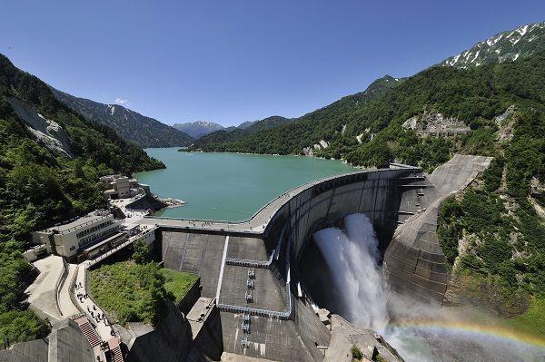 富山県で人気の観光スポット「黒部ダム」の楽しみ方を紹介します! 黒部ダムに行くには、長野県大町市にある「扇沢(おうぎざわ)駅」からトロリーバスに乗りますが、ぜひ最前列に座ってみて! フロントガラスからトンネル内の雰囲気をたっぷりと味わうことができますよ♪ 途中に飲める湧き水もあるし、遊覧船を楽しんでもいいかも。 もちろん、ダムが放水する光景は、圧巻!