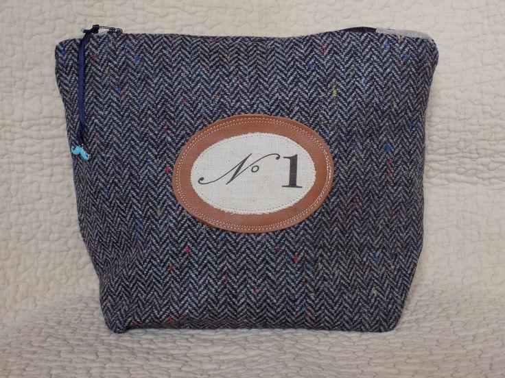 """Trousse de toilette homme en lainage gris à chevrons et son macaron numéro """"1 """"sur macaron de cuir : Trousses par rouge-lin-et-bois"""