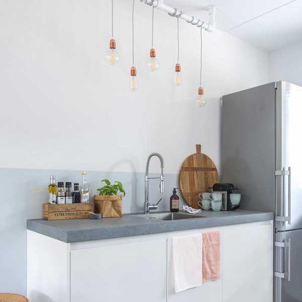 Anne van Remade with Love wilde in haar keuken dolgraag eenstoere steigerbuis lamp met losse peertjes. En jij kunt 'm ook zelf maken!