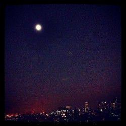 On ze roof! Veille d'orage violent…aucun nuage et lune presque pleine! #instagram #Snapseed #montreal #montreal #quebec #tvanouvelles