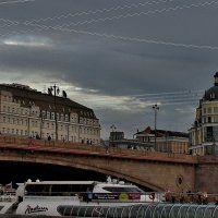 мост, речной трамвай и сумеречный свет ...