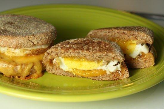 Фото к рецепту: Милашки-бургеры с печёной яичницей и сыром на завтрак