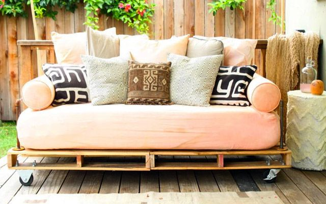 Build a daybed from recycled pallets! #DIY