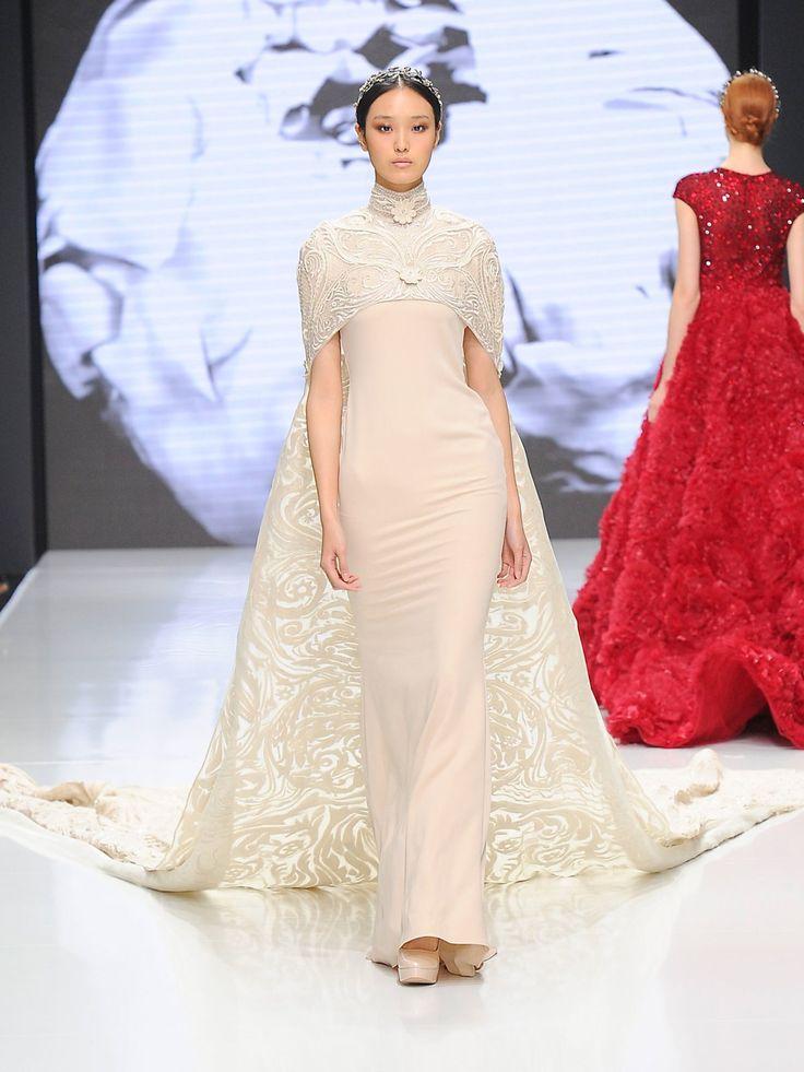 Hochgeschlossenes Hochzeitskleid mit Cape: Ein Traumkleid von Couturissimo für…